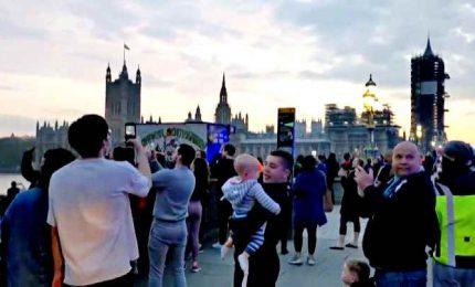A Londra la folla applaude i medici, ma non rispetta le distanze