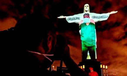 Il Cristo Redentore a Rio vestito con il camice tricolore