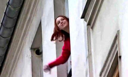 Coronavirus, a Parigi va in scena il quizzone dal balcone