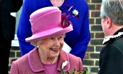 La regina Elisabetta compie 94 anni, per i tabloid party su Zoom