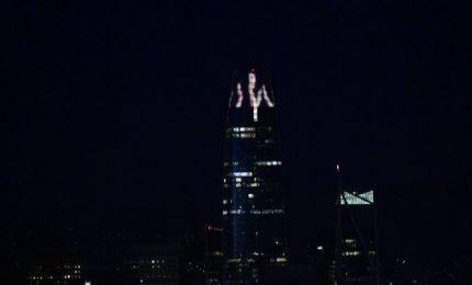Coronavirus, applausi in luce proiettati su Tower San Francisco