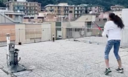Incredibile partita a tennis sui tetti di Finale ligure