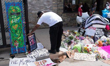 Morte Floyd, ancora violenze. Altra vittima e un agente pugnalato. 1400 arresti