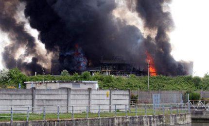 """Incendio in azienda chimica a Porto Marghera: """"Finestre chiuse"""""""