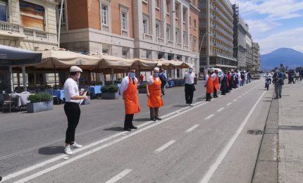 Napoli, flash-mob dei ristoratori sul lungomare per la ripartenza