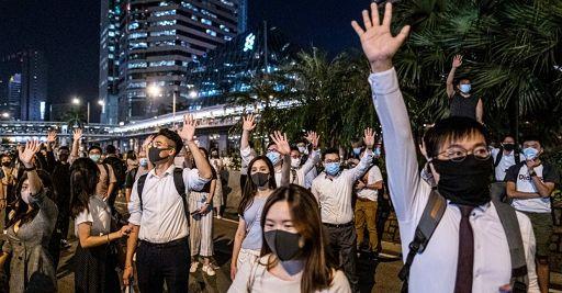 Hong Kong, polizia spara lacrimogeni contro manifestanti