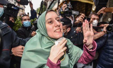 """Silvia Romano arriva a casa a Milano: """"Rispettate questo momento"""""""