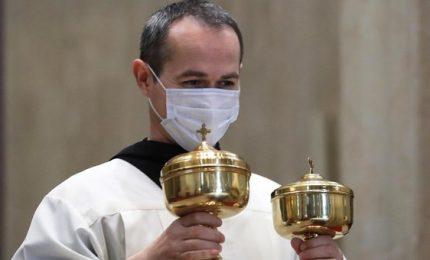 Comunione con guanti, mascherine ma niente coro: le messe dal 18