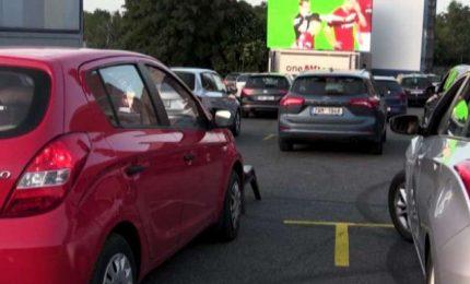 A Praga la partita di calcio si guarda dall'auto al drive-in