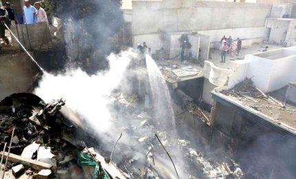 Pakistan, aereo con 107 persone a bordo si schianta sulle case