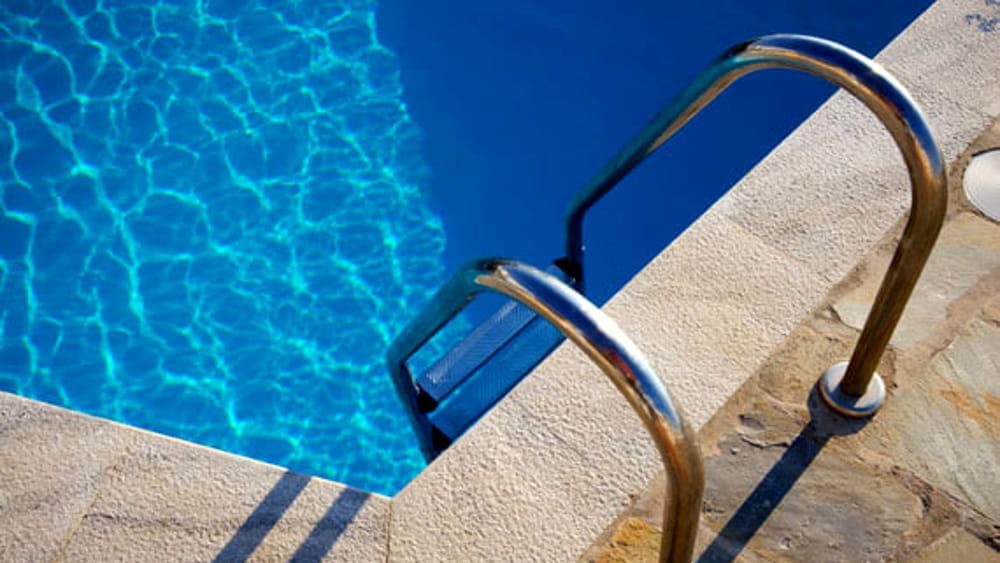Bimbo di 4 anni muore annegato in piscina nel Napoletano
