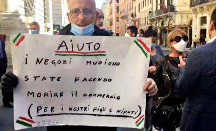 """Sit in di negozianti a Palazzo Chigi: """"Siamo in ginocchio"""""""