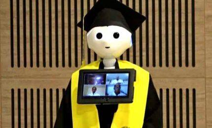 Laurea virtuale con robot in toga e cappello