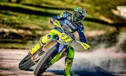 Valentino Rossi torna in pista, show con una moto da cross