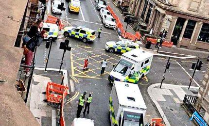 Diversi accoltellati a Glasgow, incerte le vittime. Poliziotto tra i feriti, ucciso l'assalitore