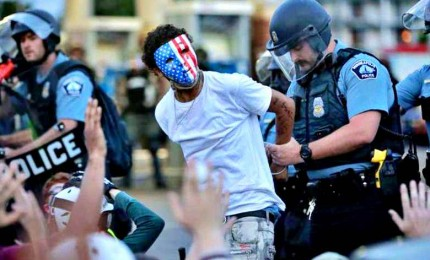 Rivolte negli Usa, tensione e coprifuoco nelle città americane. Poliziotto sparato in testa