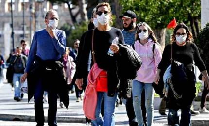 Coronavirus, risalgono i nuovi contagiati ma calano i morti. Farmindustria: temperatura vaccino non è problema