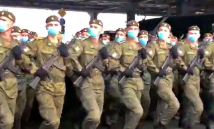 """Mosca, le prove """"in mascherina"""" della parata della Vittoria sulla Piazza Rossa"""