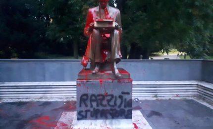 Milano, imbrattata la statua di Indro Montanelli