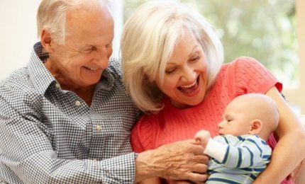 Bonus baby sitter anche ai nonni, purché non conviventi. Come fare richiesta