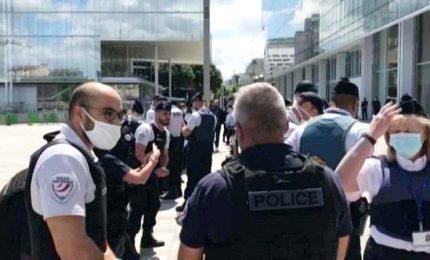 Proteste a Parigi dei poliziotti contro il governo