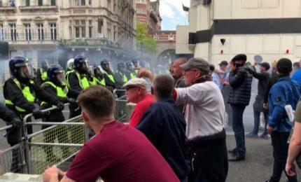 Tensione a Londra, scontri tra manifestanti di destra e polizia