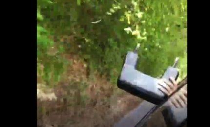 Lancia poggiatesta dal bus e posta video, Cotral denuncia il giovane