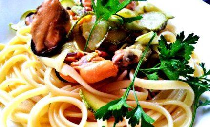 Primo piatto fresco, linguine con cozze e zucchine