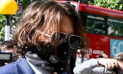 Johnny Depp in tribunale, sorrisi e saluti ai fotografi