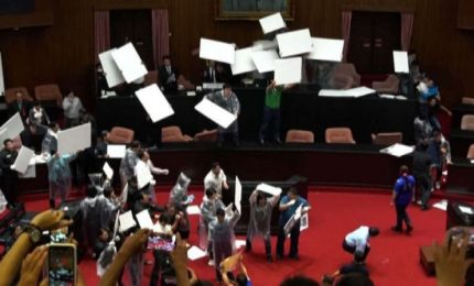 Gavettoni in Parlamento a Taiwan, terza rissa in 2 settimane