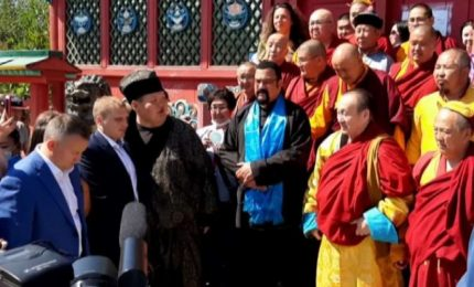 Stevan Seagal visita monastero buddista in Siberia