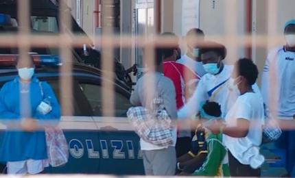Migranti, pronto ricorso del governo al Tar contro ordinanza Musumeci. E intanto si svuota l'hotspot di Pozzallo