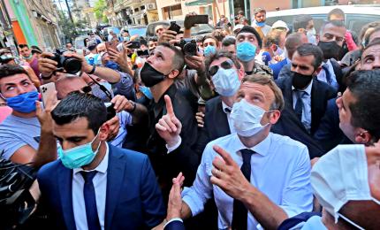 """Macron a Beirut: """"Il Libano non è solo"""". La collera dei libanesi: governo negligente"""
