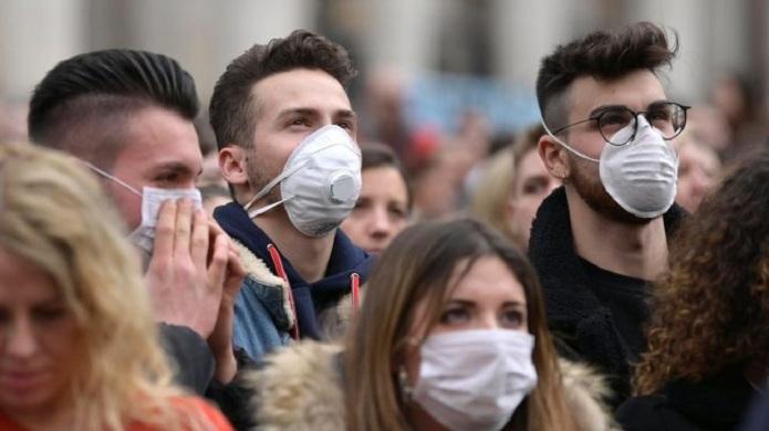 Allarme nuova ondata coronavirus, mascherine obbligatorie anche all'aperto