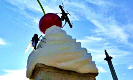 """A Trafalgar Square l'opera """"The End"""", con una ciliegia gigante"""