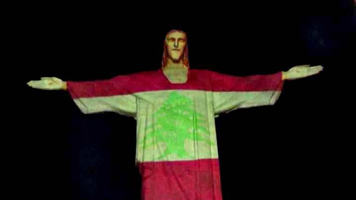 La bandiera del Libano proiettata sul Cristo Redentore a Rio