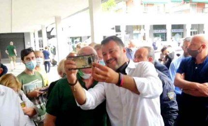 Salvini in piazza senza mascherina: mettetela sennò ci arrestano