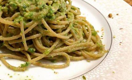 Spaghetti di farro con zucchine e pesto, primo fresco e leggero
