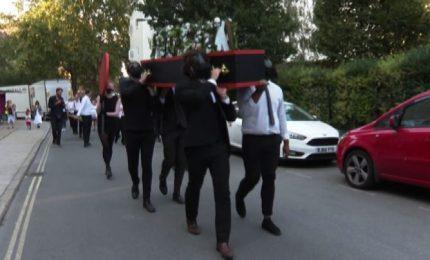 A Londra un finto funerale per promuovere la musica live