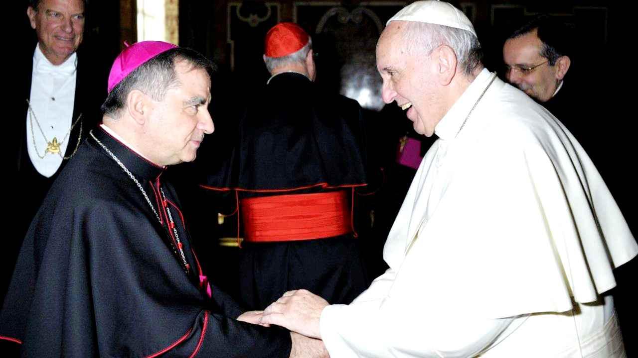 Il cardinale Becciu sfida il Papa? No, chiarisco. Spero che Francesco non sia manovrato