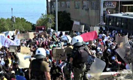 Tensione a Lesbo, la polizia lancia lacrimogeni ai migranti