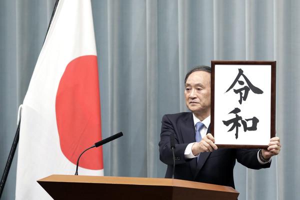 Yoshihide Suga scelto come successore di Abe. Mercoledì voto in Parlamento