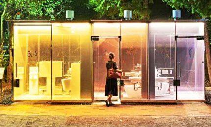 A Tokyo in funzione i bagni pubblici con le pareti trasparenti