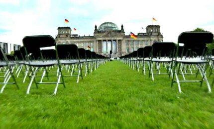 Blitz per i migranti a Lesbo, 13.000 sedie davanti al Reichstag