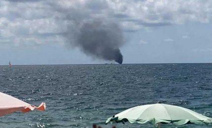 A fuoco barca carica di migranti al largo di Crotone, tre morti