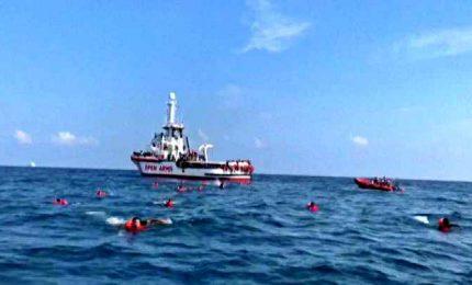 Open arms, migranti si buttano in mare per raggiungere la costa