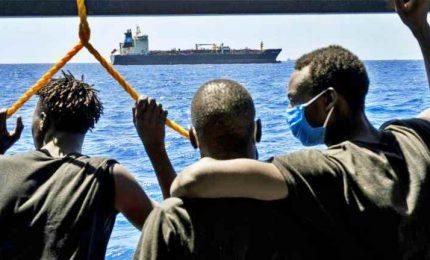 Ristoranti chiusi per gli italiani, porti aperti per i migranti