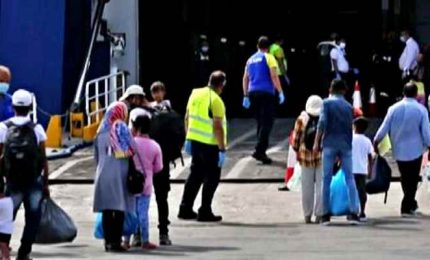 Oltre 700 migranti lasciano l'isola di Lesbo per la Grecia