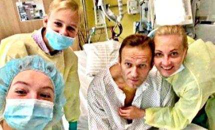 """Foto di Navalny dal letto d'ospedale: """"Respiro da solo"""""""