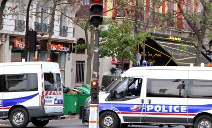 Attacco terroristico a Parigi: due feriti, autore confessa